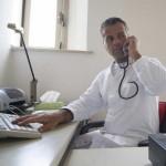 Medico che telefona